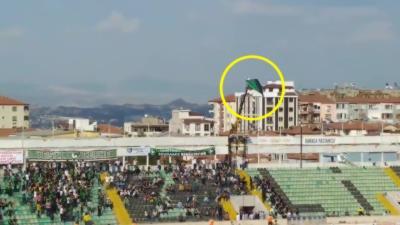 Interdit de stade, il loue une nacelle pour voir le match