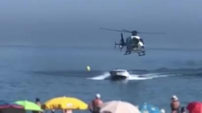 Un narcotrafiquant poursuivi par un hélicoptère de la police débarque en bateau sur une plage
