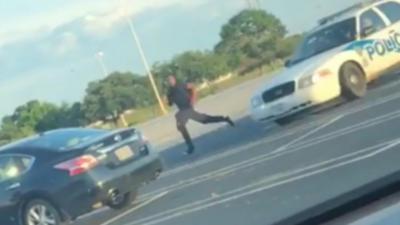 Une voiture de police s'explose contre une voiture garée en poursuivant un homme à pied