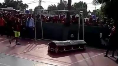 En hommage à leur ami décédé, ils lui font marquer un dernier but