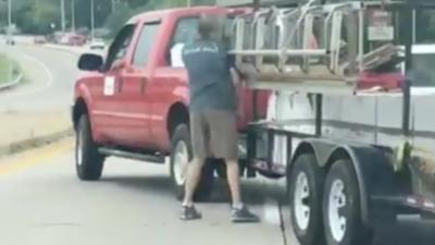 Un homme se fait mettre à terre par une échelle après un road rage