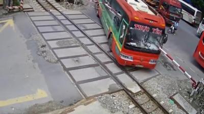 Un bus se crashe sur un passage à niveau alors qu'un train arrive