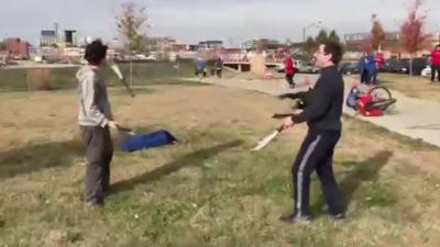 Un jongleur se prend une machette dans le visage à cause d'une cycliste qui tombe