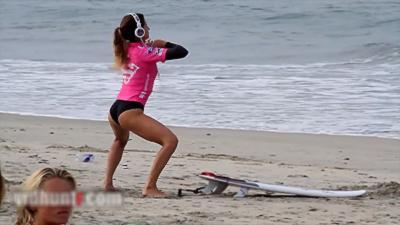 Quand la surfeuse pro Anastasia Ashley s'échauffe