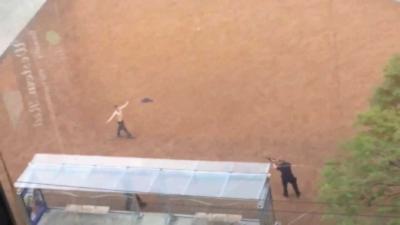 Un homme drogué intimide les passants et finit par se prendre un tir de Flash-Ball par un policer