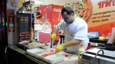 Le roi du Kebab prépare un sandwich en rythme avec la musique de Mortal Kombat