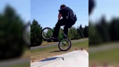 Un policier balance un 360 sur un BMX qu'il emprunte dans un skatepark