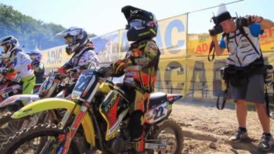 Un gamin surexcité sur la ligne de départ d'une course de motocross