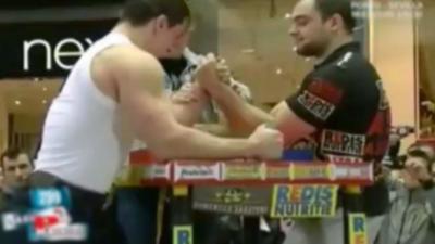 Un bras de fer entre un professionnel et un bodybuildeur persuadé de pouvoir gagner