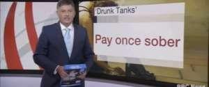 Le présentateur de la BBC confond sa tablette avec une rame de papier