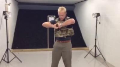 Il se tire dessus avec une arme à feu pour démontrer l'efficacité d'un gilet par-balle