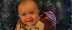 Un bébé émotif pleure quand sa mère chante une chanson
