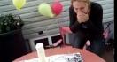Un gâteau d'anniversaire qui lâche une surprise