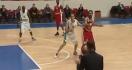 Un entraîneur aide à marquer un panier pendant un match de basket