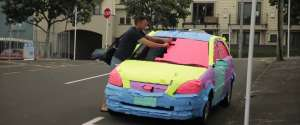 Recouvrir de post-it la voiture d'un ami par vengeance