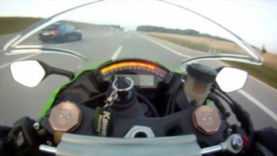 Un motard qui roule à plus de 300 km/h sur une autoroute se fait doubler par une voiture