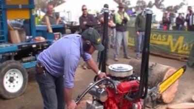 Une tronçonneuse thermique équipée d'un énorme moteur V8 qui coupe des troncs énorme en moins de 3 secondes