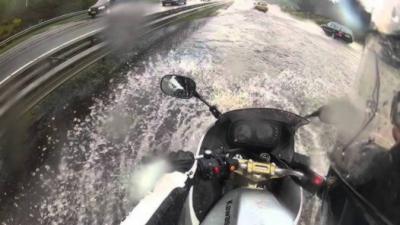 Un motard se fait surprendre par une énorme flaque d'eau sur une autoroute