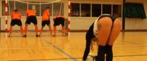 Des joueurs de foot s'amusent à tirer sur des fesses