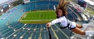 Une balançoire géante dans un stade de NFL