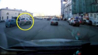 La femme Russe qui gère comme personne au volant de sa voiture