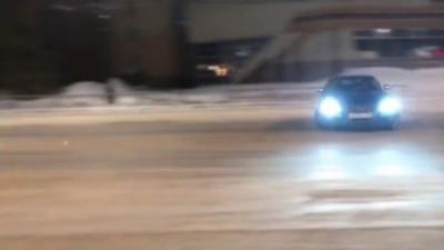 Il explose son Audi RS5 pendant un gros drift sur la neige