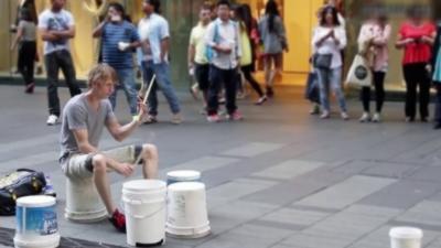 Un batteur de rue vraiment exceptionnel qui joue qu'avec des sceaux