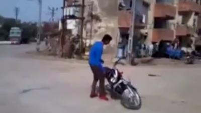 Un Indien fait l'idiot avec sa moto dans le mauvais quartier