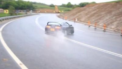 Un drift monstrueux en Toyota Supra sur route mouillée