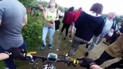 Un cycliste traverse une rave party illégale lors d'une sortie VTT