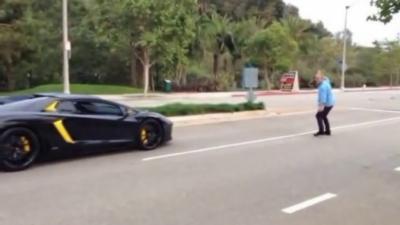 Un homme jaloux jette une pierre sur une Lamborghini Aventador
