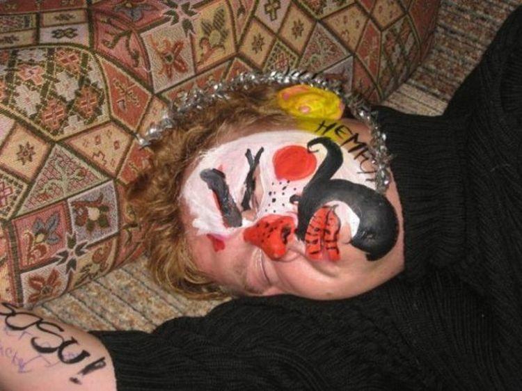25 personnes trop bourrées qui se sont réveillées en tant « qu'oeuvre d'art »