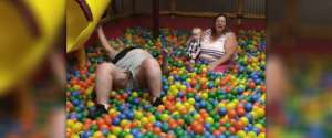 Une femme obèse qui est coincée dans une piscine à balles