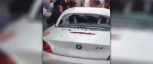 Des supporters colombiens massacrent une BMW Z4