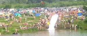 Un énorme Water Slide tracté par une moto en Russie