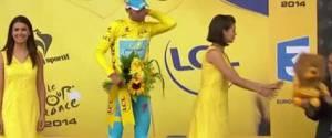 Vincenzo Nibali se prend un énorme vent par un hôtesse du Tour de France