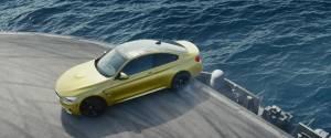 Drift en BMW M4 sur un porte-avions