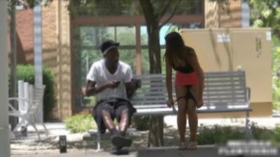 Elle enlève sa culotte devant des gens parce qu'il fait trop chaud pour une caméra cachée
