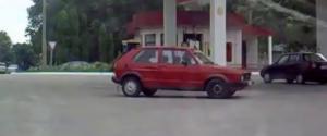 Quand une femme n'arrive pas à placer sa voiture dans une station essence
