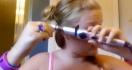 Elle se brûle les cheveux avec son fer à friser