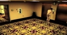 Un homme nu dans un hôtel à cause d'une porte fermée