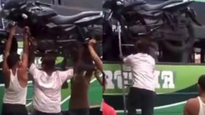 WTF : Un indien monte une moto sur le toit d'un bus avec sa tête