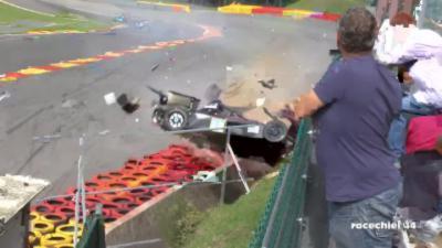Une voiture complètement pulvérisée pendant la course Radical Euromasters