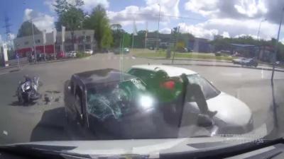 Après un violent crash un motard atterrit entre deux voitures
