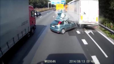 Violent crash d'une automobiliste sur une autoroute en Belgique