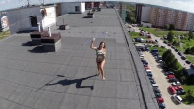 Un drone découvre une femme topless en survolant le toit d'un immeuble