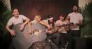 5 personnes pour 1 guitare géante
