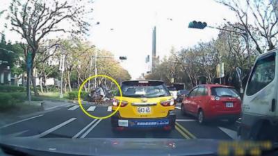 Cette cycliste se fait renverser par une voiture mais ne tombe même pas