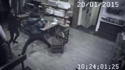 Une femme démonte 3 hommes qui agresse un serveur dans un restaurant