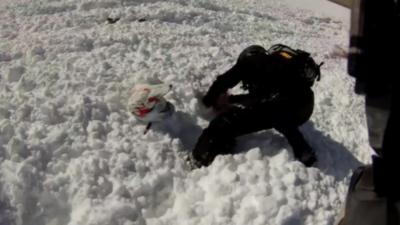 Il déclenche une avalanche en motoneige et se retrouve pris au piège